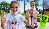 al parco con l'unicorno rosa e i walkie talkie
